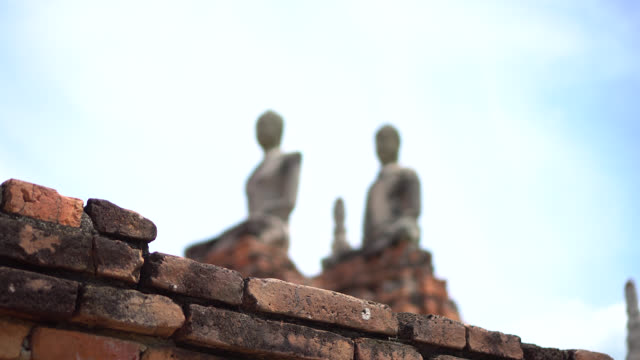 ワット・チャイワタナラム寺院の古代仏像と古代パゴダ。 - ワットチャイワタナラム点の映像素材/bロール