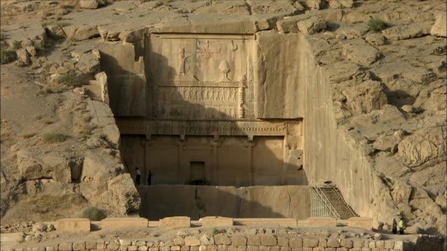 vídeos de stock, filmes e b-roll de ws ha ancient tomb, persepolis, iran - paredão rochoso