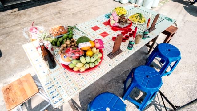 Oude traditionele Chinees festival de qingming en Chinees Nieuwjaar met voedsel en dessert en drank aan tafel