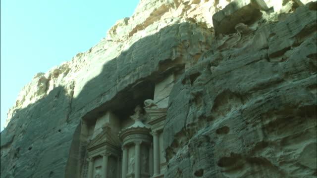 ancient treasury building in petra, tilt down, jordan - アラバ砂漠点の映像素材/bロール