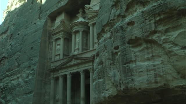 ancient treasury building in petra, tilt up, jordan - アラバ砂漠点の映像素材/bロール