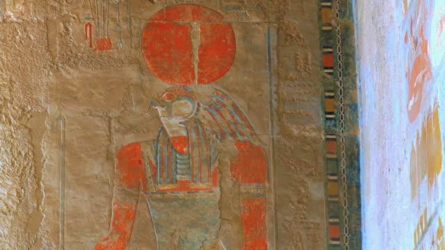 cu pan ancient wall paintings at hatshepsut's temple / luxor, egypt - tempio di hatshepsut video stock e b–roll