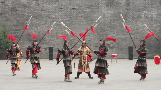 vídeos y material grabado en eventos de stock de ms ancient warrior with uniforms in city wall/xian,shaanxi,china - civilización antigua