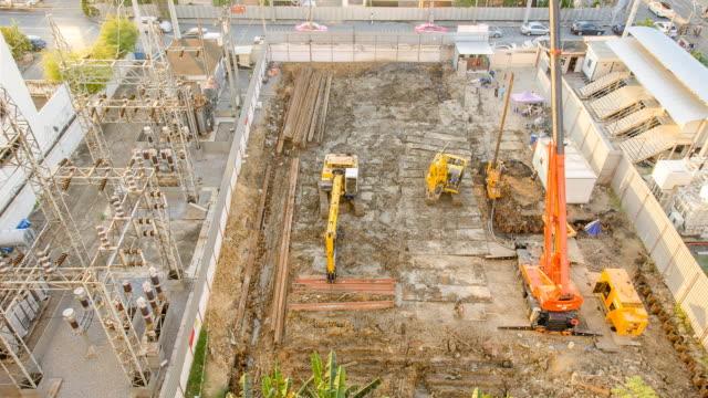vídeos de stock, filmes e b-roll de tl e vista aérea: o pilha de altura crane foundation - pile driver