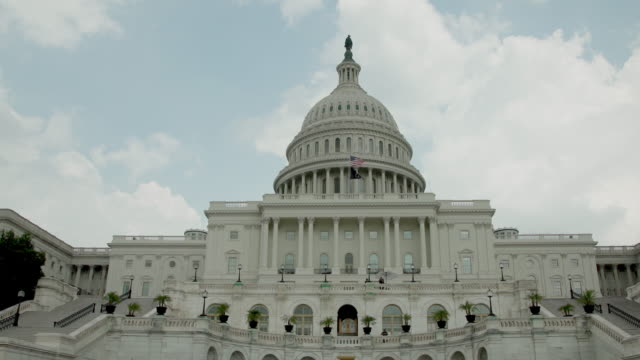 stockvideo's en b-roll-footage met pow-mia en amerikaanse vlaggen op de vs-capitool in washington, dc - zoom in 4k/uhd - senaat verenigde staten