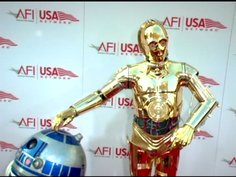 vidéos et rushes de r2d2 and c3po at the 33rd afi life achievement award 'a tribute to george lucas' at the kodak theatre in hollywood california on june 9 2005 - star wars titre d'œuvre