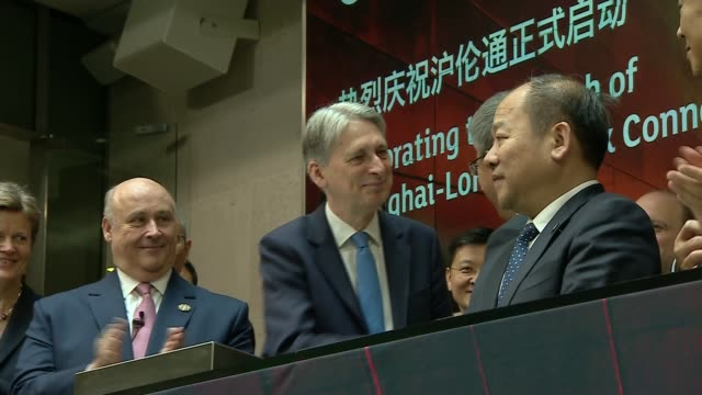 vídeos de stock, filmes e b-roll de uk and china launch stock exchange tieup england london london stock exchange int philip hammond mp and hu chunhua shaking hands - bolsa de valores de londres
