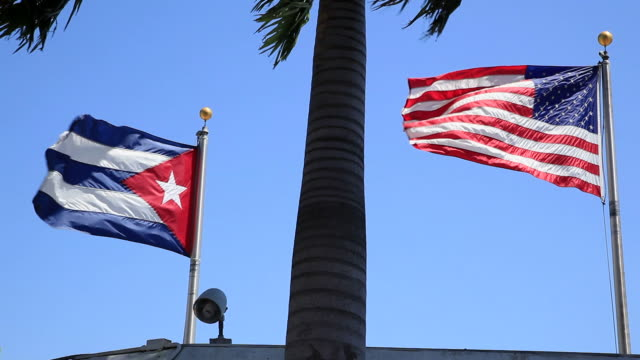 usa e bandiera di cuba - cuba video stock e b–roll
