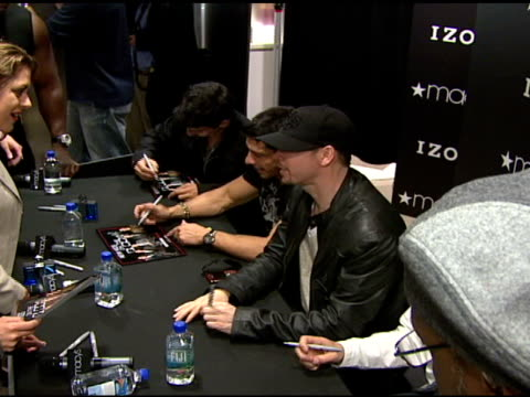 stockvideo's en b-roll-footage met nkotb and fans at the izod macy's presents new kids on the block at macy's in new york new york on may 16 2008 - jongensband