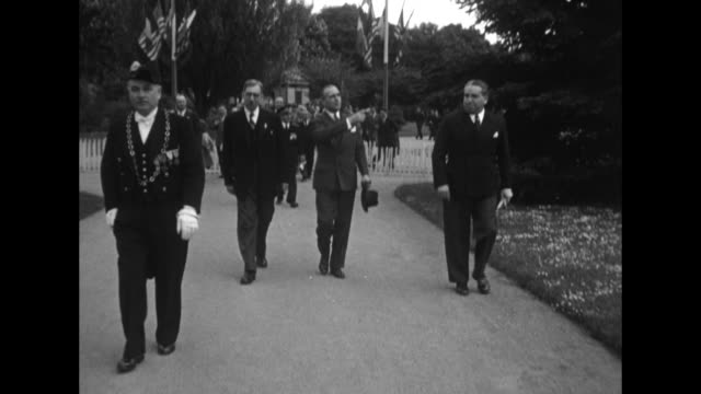 vídeos de stock e filmes b-roll de mls us and french dignitaries walk toward camera along sidewalk us and french flags wave from flagpoles in background / ms dignitaries walk toward... - wichita