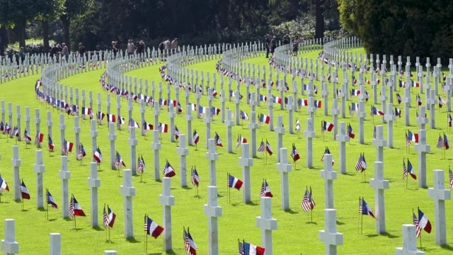 and french flags flutter at the graves of u.s. soldiers, most of them killed in the world war i battle of belleau wood, at the aisne-marne american... - gedenkveranstaltung stock-videos und b-roll-filmmaterial