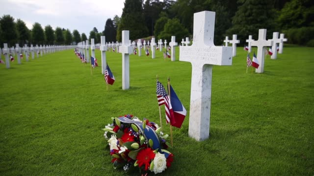 us and french flags flutter at the graves of us soldiers most of them killed in the world war i battle of belleau wood at the aisnemarne american... - grab stock-videos und b-roll-filmmaterial