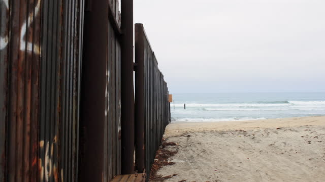 stockvideo's en b-roll-footage met ms, ds, t/l, usa and mexico border fence on beach, san diego, california, usa - noordelijke grote oceaan
