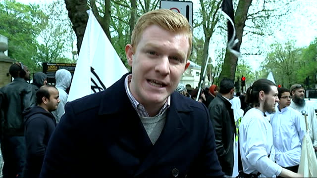 vídeos de stock, filmes e b-roll de edl and muslim fundamentalists clash in london view down on people milling about outside regent's park central mosque edl supporters gathered to... - moving activity