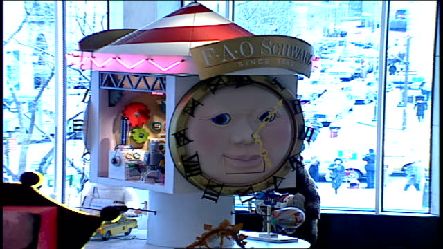 and pan of foa schwartz clock and sales floor in nyc - negozio di giocattoli video stock e b–roll