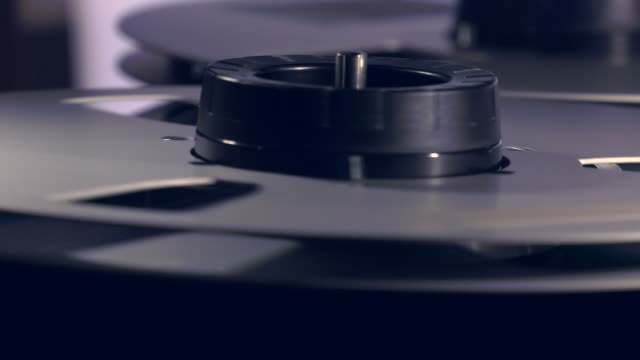 cu and pan of playback mechanism on reel-to-reel tape recorder - 盗み聞き点の映像素材/bロール
