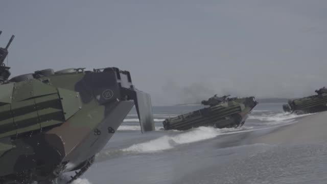 vídeos de stock e filmes b-roll de us and philippine marines conduct a beach landing with an assault amphibious vehicles during exercise balikatan at naval station leovigildo gantioqui... - filipinas