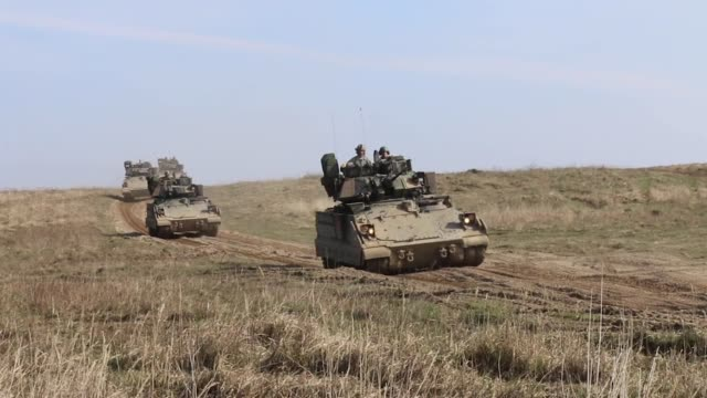 vídeos y material grabado en eventos de stock de us and polish soldiers conduct a combined arms live fire exercise with abrams tanks and bradley fighting vehicles at drawsko pomorskie training area... - infantería