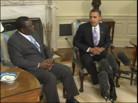 stockvideo's en b-roll-footage met and reporters in the foreground and background pan-left to obama and tsvangirai zoom-in to mcu of obama and tsvangirai after a five-day trip to the... - non us film location