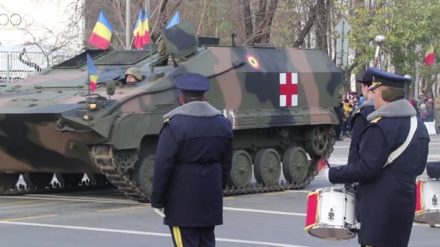 vídeos y material grabado en eventos de stock de us and romanian service members participate in romania's national day parade at bucharest romania dec 1 2018 - regimiento