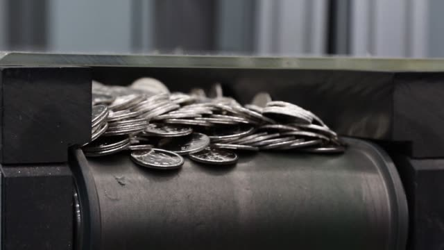 and south korean 100 won coins are moved along a conveyor belt, south korean coms and south korean 100 won coins are moved along a conveyor belt,... - 造幣機械点の映像素材/bロール