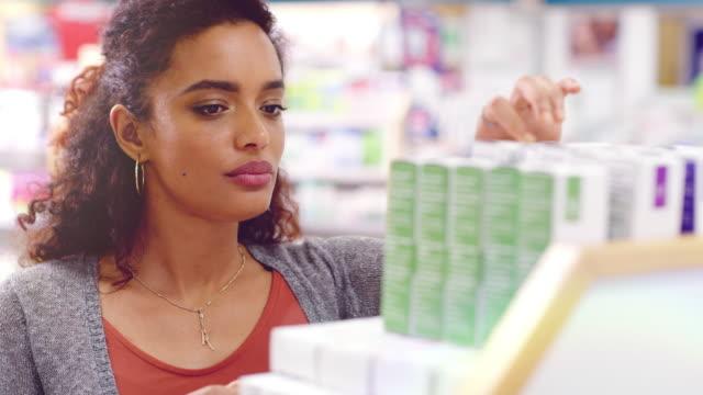 vídeos de stock e filmes b-roll de and that's exactly why i shop here - medicamento de prescrição
