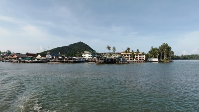 andaman havet med traditionella thailändska stylta hus på kusten - andamansjön bildbanksvideor och videomaterial från bakom kulisserna