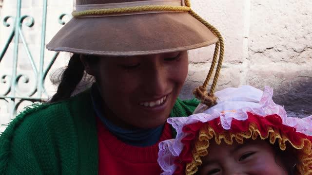andinska inhemska kvinna och dotter i traditionella inka seder i cusco, peru - stam bildbanksvideor och videomaterial från bakom kulisserna