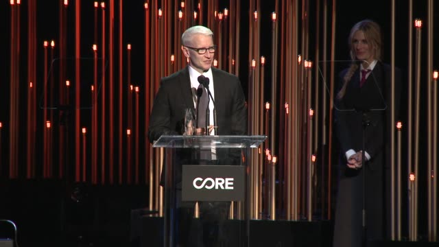 anderson cooper at sean penn core gala: a gala dinner to benefit the organization formerly known as j/p hro and their life-saving work at wiltern... - ショーン・ペン点の映像素材/bロール