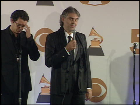 vidéos et rushes de andrea bocelli at the 2008 grammy awards press room at staples center in los angeles california on february 10 2008 - andrea bocelli