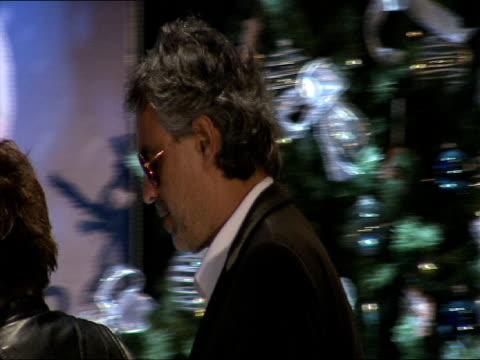 vidéos et rushes de andrea bocelli at the a christmas carol press conference at london england - andrea bocelli