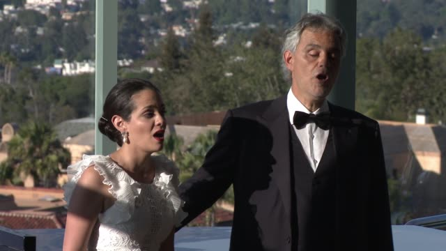 vidéos et rushes de performance andrea bocelli maria aleida at alfred mann foundation's an evening under the stars with andrea bocelli in los angeles ca - andrea bocelli