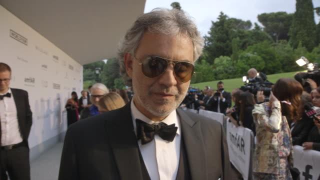 vidéos et rushes de interview andrea bocelli on being at amfar at amfar red carpet at hotel du capedenroc on may 22 2014 in cap d'antibes france - andrea bocelli