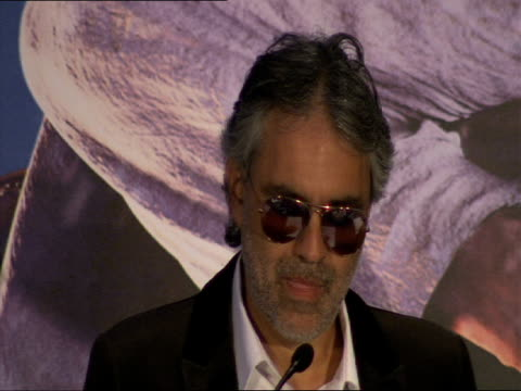 vidéos et rushes de andrea bocelli on the power of music and particularly the scope of film music to touch peoples hearts at the a christmas carol press conference at... - andrea bocelli