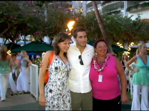 andrea collins jake gyllenhaal and wendy goodman at the 2005 maui film festival opening night twilight reception at the fairmont kea lani hotel in... - 2005 stock-videos und b-roll-filmmaterial