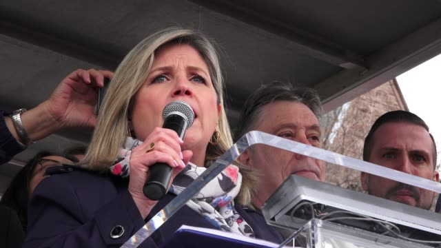 andrea horwath, leader of the new democrats party and leader of the opposition, speaks to the crowd. thousands gather at queen's park to protest... - 演説者点の映像素材/bロール