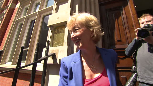 vídeos de stock, filmes e b-roll de andrea leadsom has formally launched her campaign to become conservative party leader she arrived at the cinnamon club with her supporter penny... - partido conservador britânico