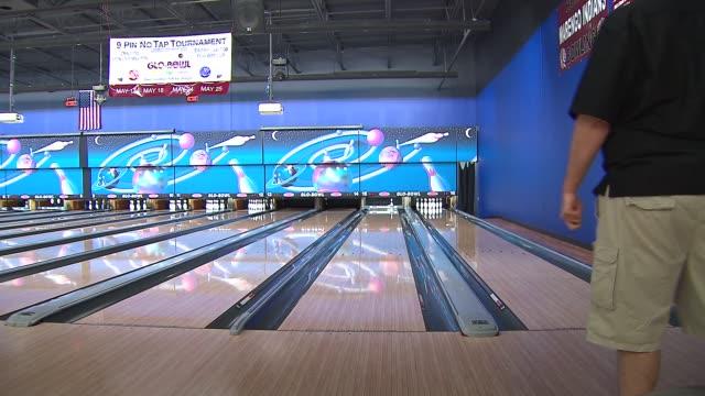 vídeos de stock, filmes e b-roll de andrew cowen is practicing to bowl a perfect 300 game while bowling backwards at glo-bowl fun center on april 15, 2014 in marengo, il. - sapato de boliche