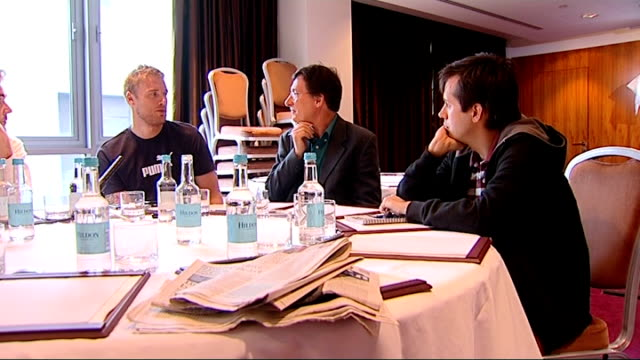 vidéos et rushes de london canary wharf int various general views andrew flintoff giving interviews to newspaper journalists around table including close up shot of eyes... - autobiographie