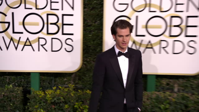 andrew garfield at 74th annual golden globe awards arrivals at 74th annual golden globe awards arrivals at the beverly hilton hotel on january 08... - ビバリーヒルトンホテル点の映像素材/bロール