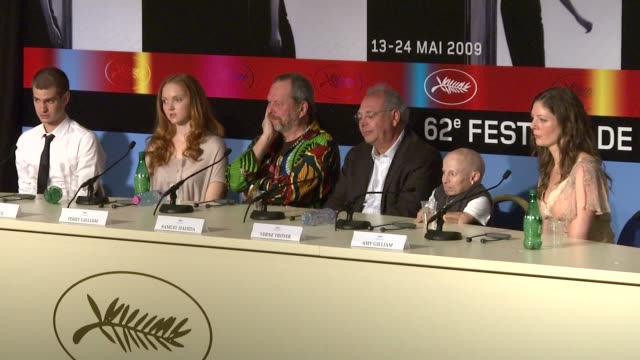 vídeos y material grabado en eventos de stock de andrew garfield, lily cole, terry gilliam, samuel hadida, verne troyer, and amy gilliam at the cannes film festival 2009: the imaginarium of dr... - terry gilliam
