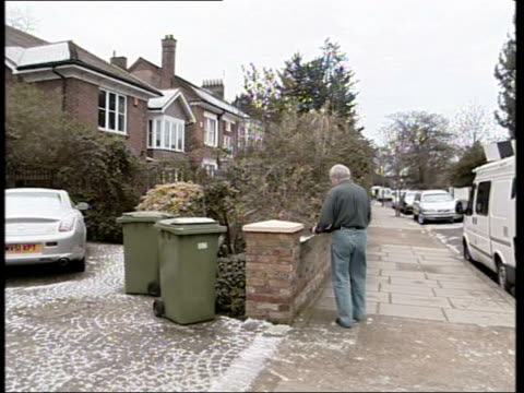 andrew gilligan resigns/greg dyke statement itn london ext/snow on ground dyke carrying tray of tea mugs along to place it on wall outside house pan... - foto segnaletica video stock e b–roll