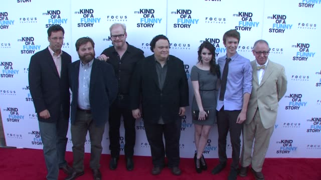 stockvideo's en b-roll-footage met andrew karpen zach galifianakis jim gaffigan adrian martinez emma roberts and thomas mann and ceo james schamus at the 'it's kind of a funny story'... - directrice
