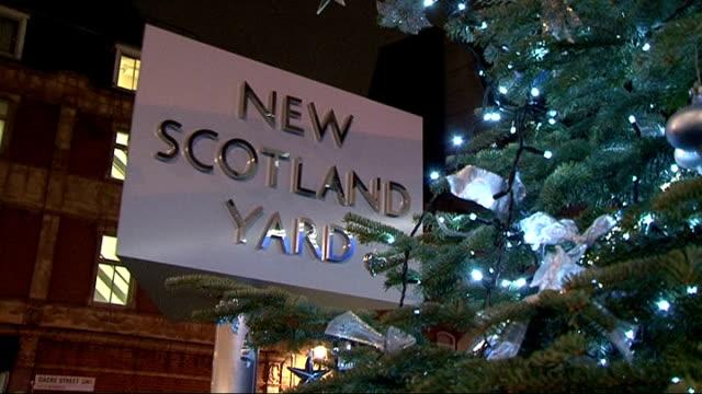 andrew mitchell 'pleb' row police inquiry following allegation of fabricated evidence new scotland yard night 'new scotland yard' revolving sign next... - ニュースコットランドヤード点の映像素材/bロール