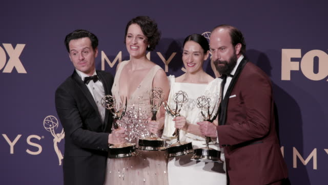 vídeos de stock e filmes b-roll de andrew scott, phoebe waller-bridge, sian clifford, and brett gelman at the 71st emmy awards - press room at microsoft theater on september 22, 2019... - microsoft theater los angeles