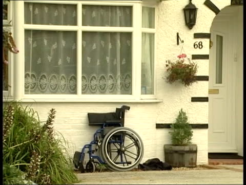 andrew wragg walks free from court after killing terminally ill son; tx 8.3.2005 west sussex: worthing: wragg family home with wheelchair leaning... - worthing点の映像素材/bロール