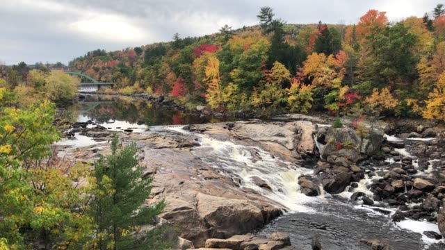 stockvideo's en b-roll-footage met androscoggin river during autumn in downtown rumford, maine usa - wildernis