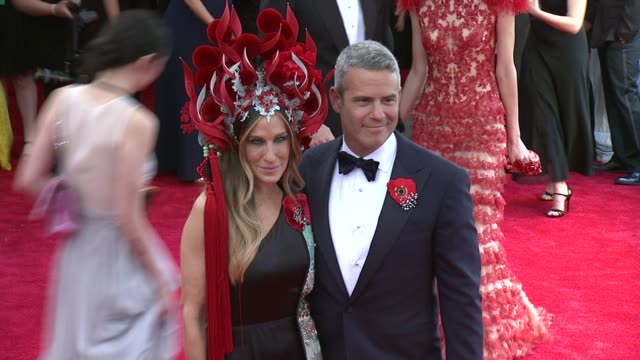 stockvideo's en b-roll-footage met andy cohen and sarah jessica parker at china through the looking glass costume institute benefit gala arrivals at metropolitan museum of art on may... - sarah jessica parker