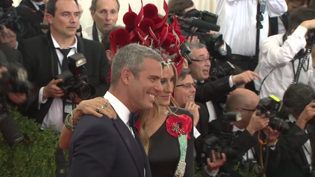 stockvideo's en b-roll-footage met andy cohen sarah jessica parker at china through the looking glass costume institute benefit gala arrivals at metropolitan museum of art on may 04... - sarah jessica parker
