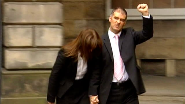 vidéos et rushes de andy coulson detained by police in scotland over allegations of perjury tx tommy sheridan celebrating with clenched fist as out of court building... - fist